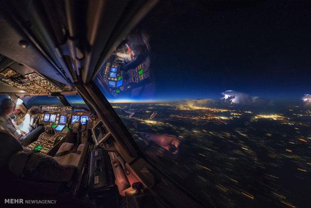 رؤية سماء الليل من داخل قمرة القيادة