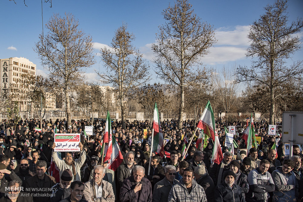 Iranians in Hamedan chant for police, against rioters