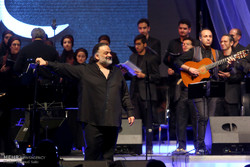 Alireza Assar gives live performance in Tehran
