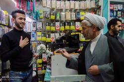 اهدای گل توسط نیروهای نظامی به کسبه خیابان ولیعصر(عج) گرگان