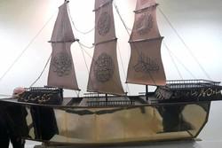 کتابت قرآن روی کشتی ۳ متری/ زندگیام با قرآن گره خورده است
