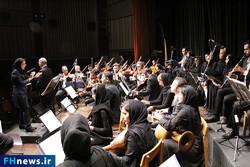 Iranian conductor Noz'hat Amiri (L) conducts the Naghmeh Baran National Orchestra in a performance at Tehran's Arasbaran Cultural Center on November 30, 2017. (FH News)