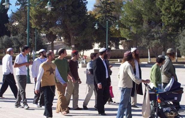 مستوطنون صهاينة يدنسون باحات المسجد  الأقصى المبارك
