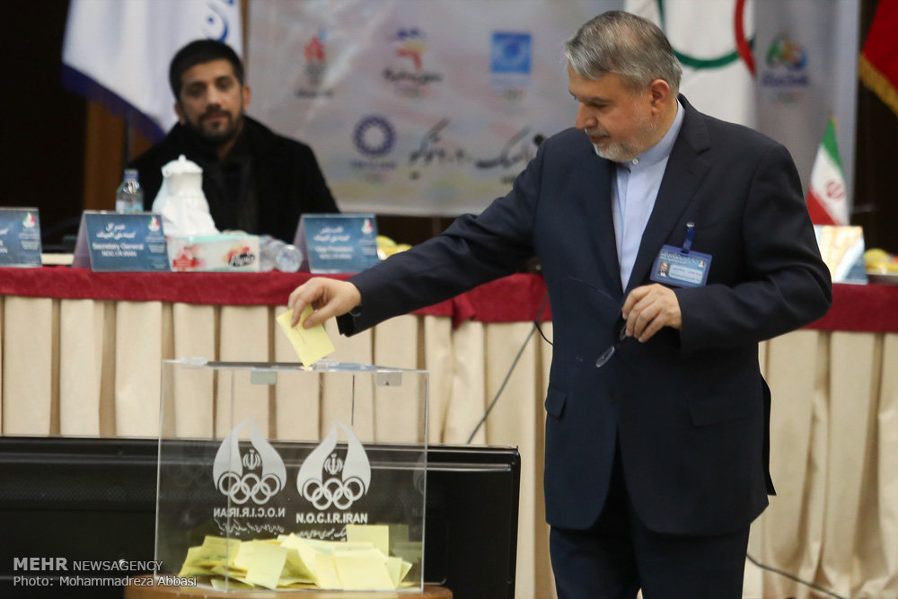 صراحت قانون و اظهانظر عجیب صالحی امیری/رئیس نمی خواهد استعفا کند!
