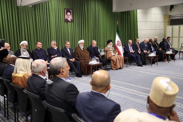 قائد الثورة يستقبل المشاركين في مؤتمر البرلمانات الإسلامية المنعقد في طهران