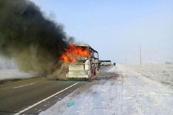 اتوبوس مسافربری در نورآباد دچار حریق شد