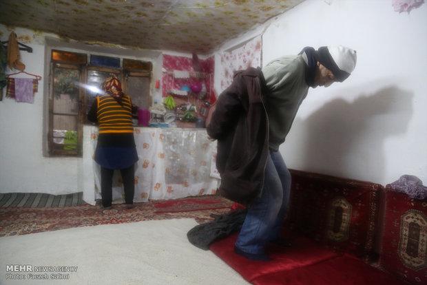 الله قلی قد بلندی دارد و اگر به دلیل کار سنگین و بیماری، کمر و پاهایش خم نمی شد سرش به سقف خانه کوچکش می رسید.