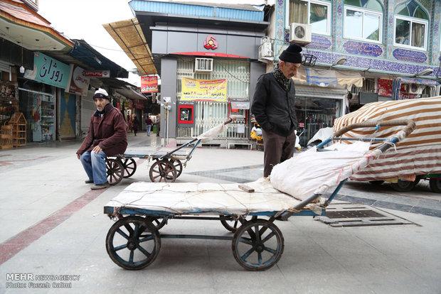 سید عبدالله میری همکار الله قلی است. هردوی آنها در بازار چهارسوق آمل با چرخ دستی بار حمل می کنند.