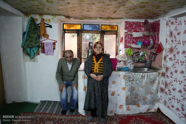 الله قلی خانه کوچکی دارد. او و همسرش در این خانه زندگی می کنند.