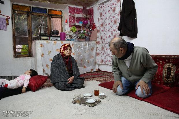 الله قلی و همسرش درحالی که چای می نوشند بصورت مختصر باهم گپ و گفت می کنند. یکی از دخترشان که حوالی منزل الله قلی زندگی می کند گاهی به آنها سر می زند.
