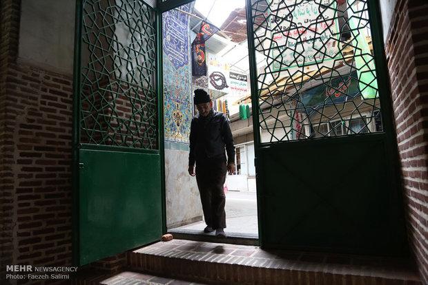سید عبدالله میری نماز های یومیه خود را در مساجد و تکایای واقع در بازار می خواند.