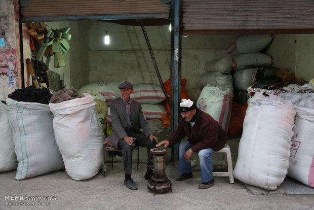 حاج محمود بخش کوچکی از مغازه خود را در اختیار الله قلی قرارداده تا کارتن هایی را که در طول روز جمع اوری می کند در گوشه ای نگهداری کند. الله قلی نیز در عوض به او در کارهایش کمک می کند.