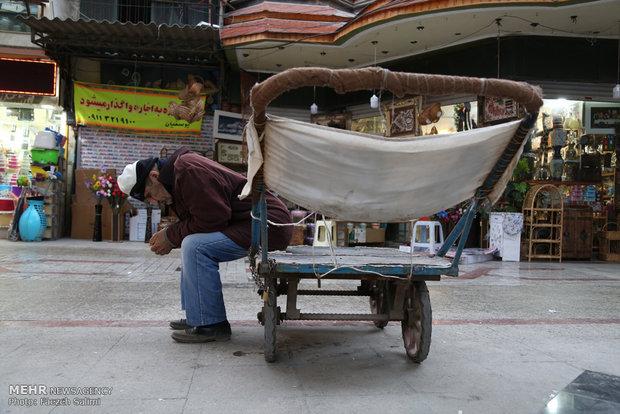 کسادی بازار تاثیر زیادی بر کاهش تقاضا برای حمل بار داشته است. الله قلی و سایر چرخ دستی داران ساعتهای متوالی بیکار هستند و هیچ در آمدی ندارند.