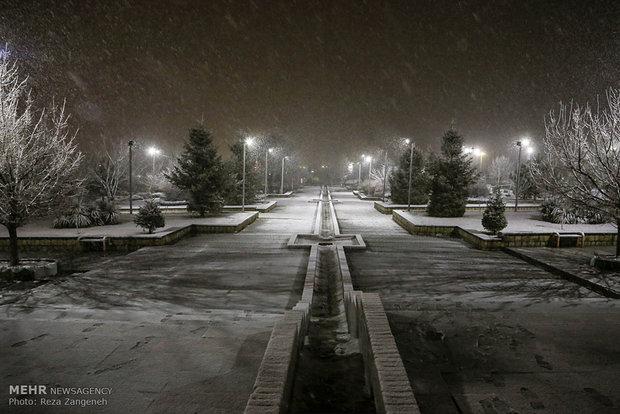 İran'ın Hemedan kentinin karlı gecelerinden manzaralar