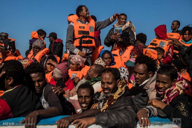 إنقاذ 300 لاجيء بالقرب من المياه الليبية