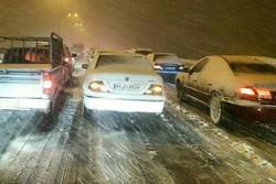اتوبان و جاده قدیم قم به تهران مسدود است/ اسکان مسافران در قم