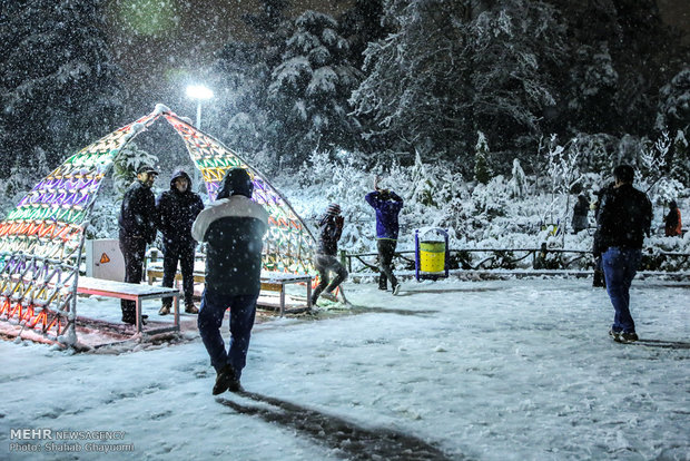 İranlı ailelerden kar yağışına yoğun ilgi