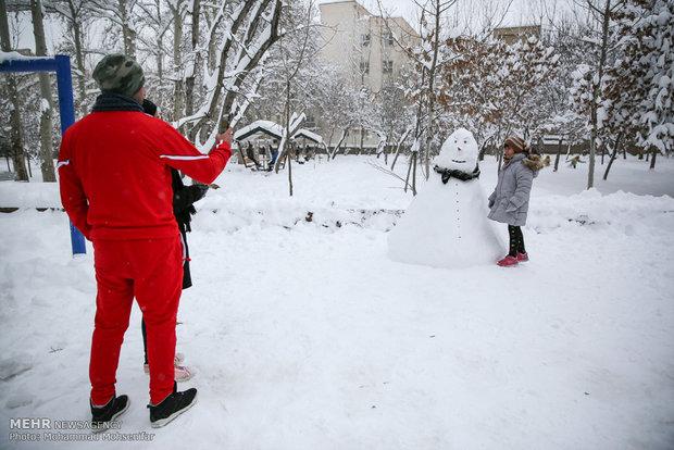 İran'ın karlı havasında çocuk heyecanı