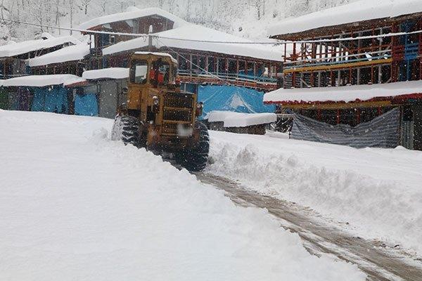 برف راه ارتباطی ۱۰ روستای آذربایجان غربی را مسدود کرد