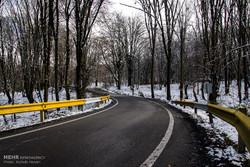 محورهای البرز بارانی است/بارش برف در ارتفاعات جاده چالوس