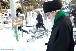 Leader pays tribute to Imam Khomeini, martyrs