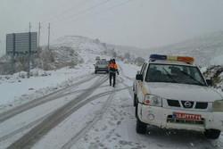 تردد در تمام محورهای استان مرکزی جریان دارد/ ۹۰۰ کیلومتر جاده برفروبی شد