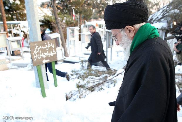 قائد الثورة الاسلامية يزور مرقد الإمام الخميني (ره) وشهداء الثورة الإسلامية/