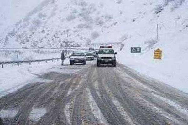 بارش برف و باران در محورهای ۱۰ استان/ ترافیک در آزادراه کرج-قزوین