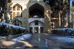 """الثلج يغطي حديقة """" فين """" في كاشان"""