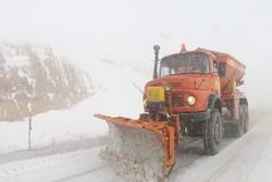 حضور راهداران در گردنه برفگیر اسدآباد