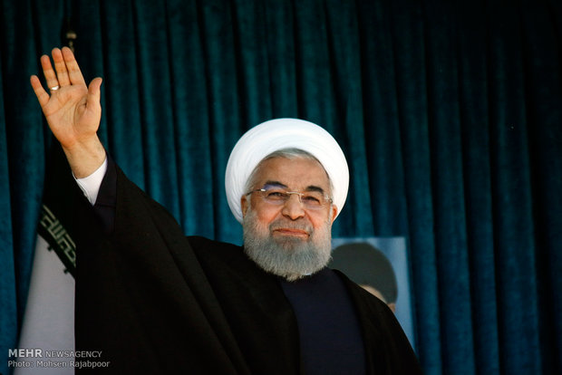 Ruhani, Kirman'da deprem bölgelerini ziyaret etti