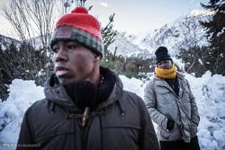 افریقی پناہ گزینوں کی الپس پہاڑی راستے سے عبور کرنے کی کوشش