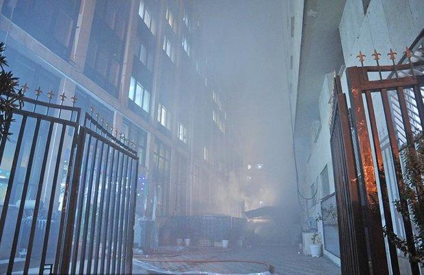 آتش در ساختمان ۸ طبقه ولیعصر ادامه دارد/ احتمال ریزش ساختمان