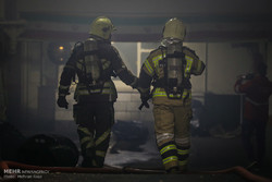 مواصلة عمليات إخماد الحريق في مبنى تابع لوزارة الطاقة بطهران / صور