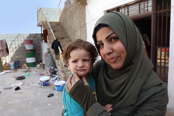 خبرنگار زنانی با گوشواره های باروتی