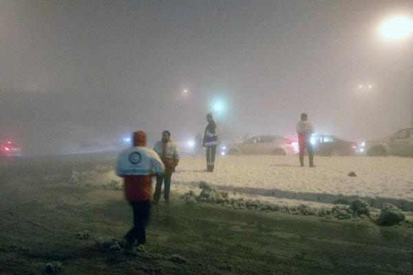بارش برف و تگرگ در گردنه «قوچک»/امدادگران هلال احمر حضور دارند