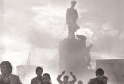 مجسمه شاه در اصفهان سرنگون شد/ پیچیدن عطر بهار پیروزی در نصف جهان