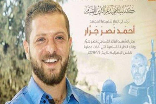 نصب بنر تسلیت شهادت یک مبارز قسامی در نابلس پس از ۱۰ سال