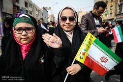 مجریان برنامه «رنگین کمان» در راهپیمایی ۲۲ بهمن