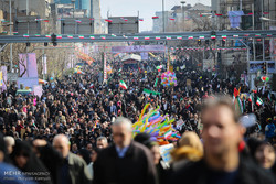 احتشاد الآلاف من ابناء الشعب الإيراني بمناسبة ذكرى إنتصار الثورة / فيديو