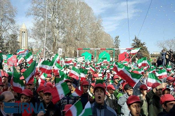 """تلاميذ مدارس """"همدان"""" يخرجون في مسيرة 22 بهمن"""