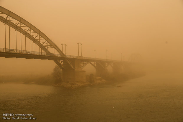 Suffocating dust storm sweeps over Ahvaz
