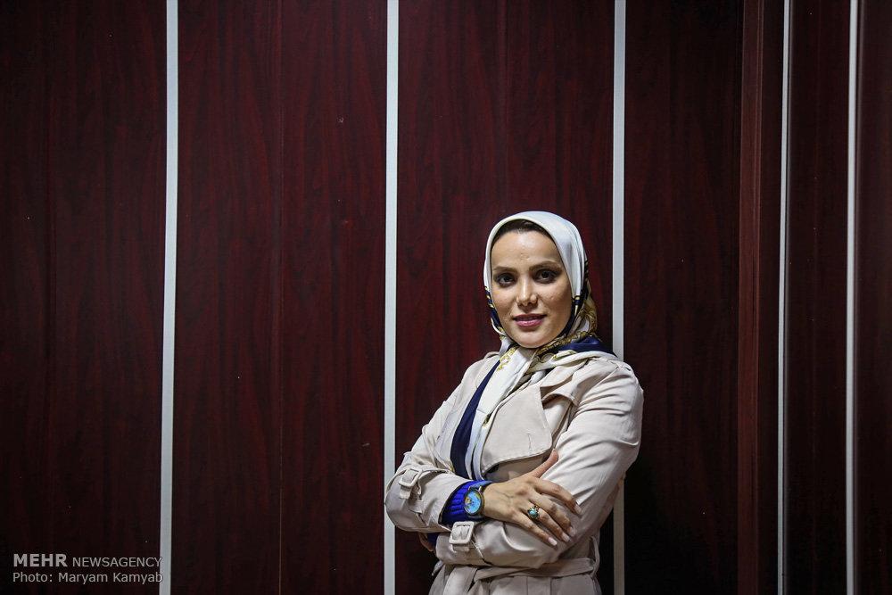 2716160 - اولین زن استنداپ کمدین ایران کیست؟ همراه با عکس