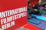 مشتاقان سینما در صف خرید بلیت برلیناله