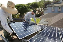اجرای طرح پنل های خورشیدی برای۵۲۰ مددجو کمیته امداد خراسان رضوی