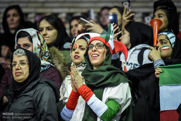 """İran-Irak maçında """"kadın seyirci"""" sürprizi"""