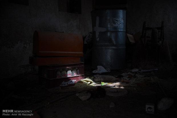 چرخ خیاطی رها شده در خانهای متروکه از جریان زندگی در روزهای دور حکایت میکند. برخی روستاییان خانههای خود را با اندک لوازم زندگیشان ترک و به شهرها مهاجرت کردند.