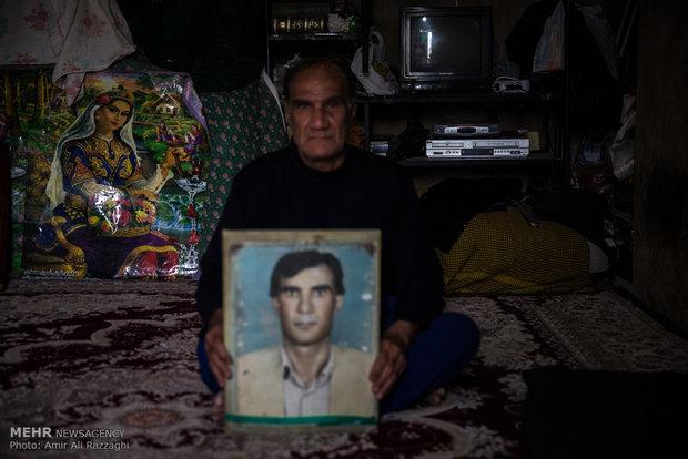 محمد اسماعیلی، 67 ساله به همراه خانوادهی 4 نفرهی خود ساکن روستای متروکهی سراوان است. 13 خانواده در سراوان زندگی میکردند که تنها خانوادهی محمد در آنجا ماندهاند، او توانایی پرداخت اجاره خانه ندارد و تمام اعضای خانوادهی او در یک اتاق کوچک زندگی میکنند. روستا از آب، گاز، تلفن و جادهی هموار محروم است و تنها برق امید ماندن در روستا است.