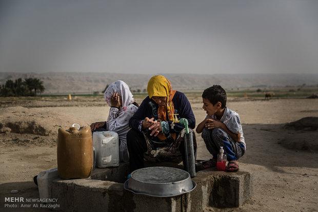 خانوادهای روستایی در انتظار رسیدن تانکر آب آشامیدنی به سر میبرند. دسترسی به آب آشامیدنی با هزینهای بین 5 تا 5 هزار تومان برای هر تانکر آب امکانپذیر است، هر تانکر آب موردنیاز 20 روز یک خانواده را تامین میکند. با خراب شدن تانکر یا حوادث غیرقابل پیشبینی این انتظار 10 روز طول میکشد و از روستاها و شهرهای اطراف آب خریداری میکنند.