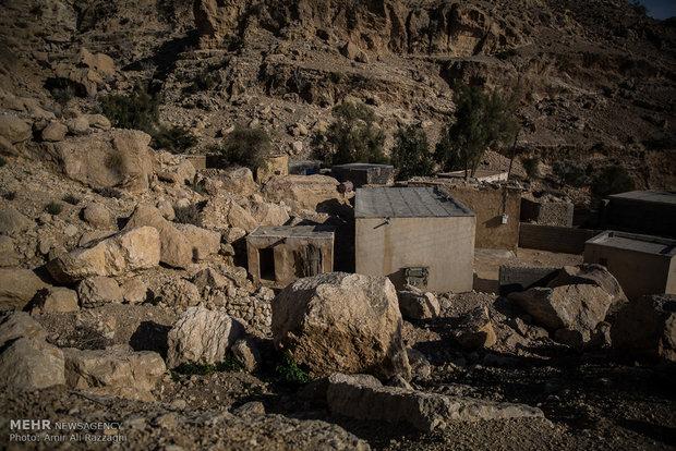 بقایای خانهای قدیمی و خالی از سکنه در میان سنگهای کوهستان خودنمایی میکند. از خانههای روستایی تنها خرابههایی سنگچین باقی مانده است که گاه برای نگهداری دام از آنها استفاده میشود. سنگها از کوههای اطراف جمعآوری و برای ساخت خانه از آنها استفاده میشد.